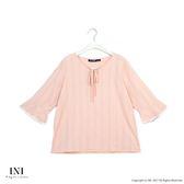 【INI】亮眼魅力、感紋路面料荷葉袖口上衣.粉色