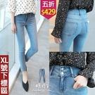 【五折價$429】糖罐子雙釦刷色寬版褲頭造型口袋單寧長褲→藍 預購【KK7028】(XL號下標區)