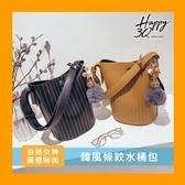 斜背包水桶包側背包肩背包手提包手拿包條紋黑白棕綠~AAA5431 ~