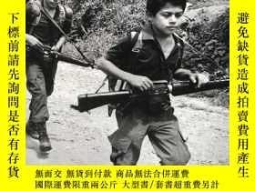 二手書博民逛書店罕見child soldiers原版畫冊 九品新Y262452