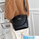 側背包 鍊條小包包女包2021流行新款潮時尚百搭水桶包簡約質感側背斜背包 漫步雲端