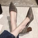 高跟鞋.氣質復古格紋尖頭V口木紋跟包鞋....