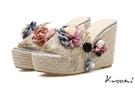 楔型拖鞋 立體乾燥花珍珠點綴浪漫度假風 厚底拖鞋 涼鞋*Kwoomi-A71