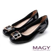 MAGY 氣質通勤款 豹紋方釦牛皮鏡面中跟鞋-黑色