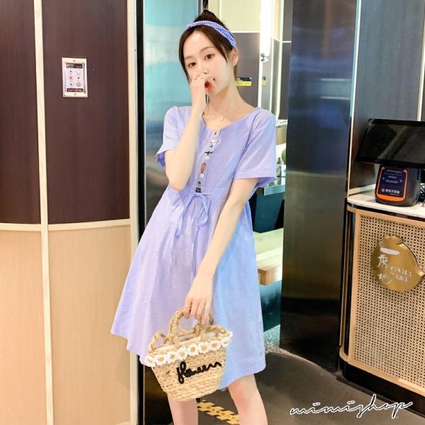 孕婦裝 MIMI別走【P521472】清新的夏天 條紋繡花抽繩連身裙 孕婦洋裝
