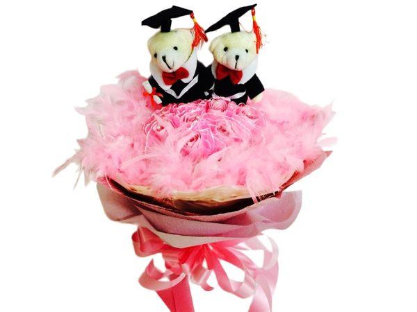 娃娃屋樂園~祝他前途十全十美-10朵玫瑰香皂花送2隻畢業熊(羽毛)花束 每束700元/畢業花束