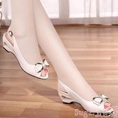 魚嘴鞋足意爾康2021新款魚嘴鞋真皮涼鞋女ins潮中跟坡跟時裝一字帶女鞋 suger