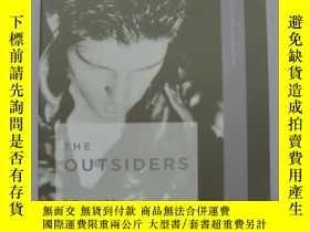 二手書博民逛書店The罕見Outsiders【英文原版,毛邊本】【局外人】蘇珊·