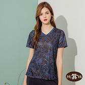 【岱妮蠶絲】吸濕排汗女短袖V領蠶絲鳳眼上衣T恤-SWL3BA04VF(黑藍條紋花)