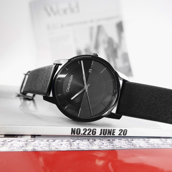 CK / K2G2G4C1 / 都會時尚 條紋質感 礦石強化玻璃 日期 瑞士製造 皮革手錶 黑色 43mm
