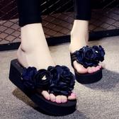 厚底涼鞋 防滑坡跟夾腳人字拖鞋 花朵沙灘鞋《小師妹》sm932