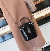 CHIC水桶包女新款時尚漆皮鉚釘手提單肩包韓版百搭鍊條斜背包   麥琪精品屋