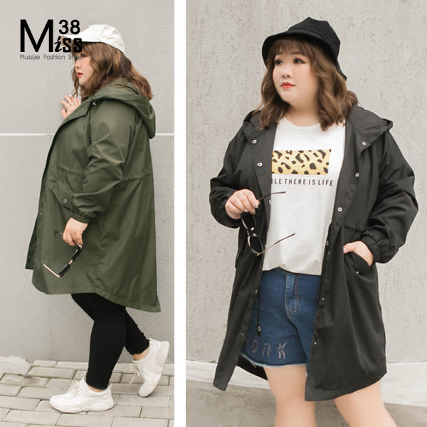 Miss38-(現貨)【A02242】大尺碼連帽外套 中長版風衣 純色抽繩收腰 寬鬆休閒防風 -中大尺碼女裝