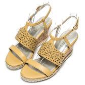 DIANA 時尚美型—寬幅雕花繫踝楔型涼鞋-黃★特價商品恕不能換貨★