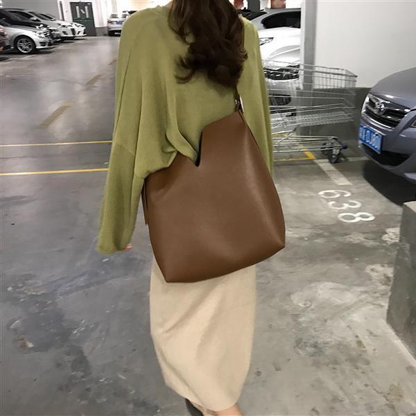 側背包休閒帥氣斜背單肩水桶包可調節軟皮子母大包包女 琉璃美衣