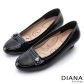 DIANA 漫步雲端布朗尼款--摺紋釦飾真皮低跟鞋-黑★特價商品恕不能換貨★