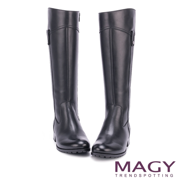 MAGY 展現獨特風采 嚴選牛皮四合釦低跟長靴-黑色
