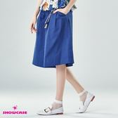 【SHOWCASE】休閒款活褶吊飾修身寬褲(藍)