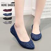 [Here Shoes]包鞋-花朵鏤空雕刻紋 舒適休閒防水 小坡跟 內增高2.5cm 休閒鞋 娃娃鞋 雨鞋─AD507