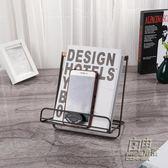 鐵藝 菜譜架 家居擺件書架閱讀架 可摺疊桌面托架多功能平板支架 自由角落