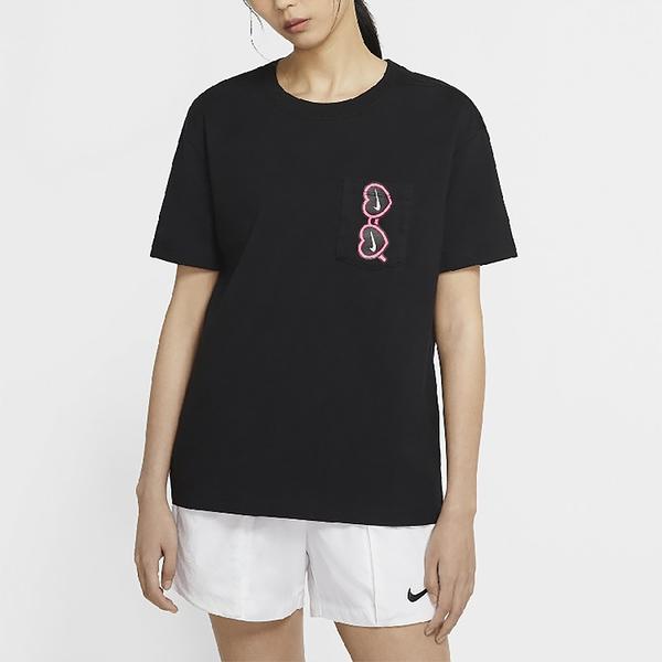 NIKE NEW 女裝 短袖 休閒 口袋 墨鏡 愛心 卡通 透氣 黑【運動世界】CU9700-010