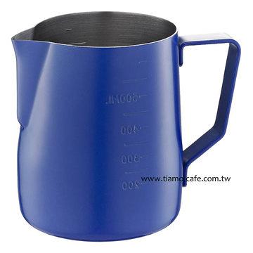 金時代書香咖啡 Tiamo 不沾塗層厚款刻度指示拉花杯 600ml 藍色 HC7087BU