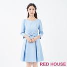 可愛立體花紋布料,甜美的花瓣領,蝴蝶結點綴專屬RED HOUSE的R字吊墜,氣質又優雅!