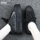 首款街頭潮流與正式場合都可著用的鞋款重工開發的一體成型鞋底,黃金5CM的高度修飾了所有人身材比例