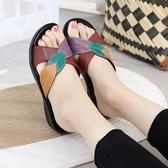 拖鞋 夏季新款葉子時尚女士涼拖鞋中老年媽媽仿皮拖鞋坡跟防滑大碼鞋女