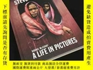 二手書博民逛書店罕見Steve McCurry: A Life in Pictures: 40 Years of Photogra