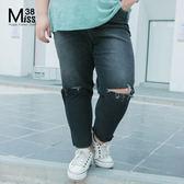 Miss38-(現貨)【A04062】大尺碼牛仔褲 深藍 鬆緊腰膝蓋破洞 寬鬆休閒毛邊 顯瘦小腳長褲-中大尺碼