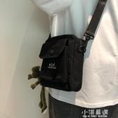 斜挎包男港風2020新款百搭小包街頭帆布包學生時尚單肩包『小淇嚴選』