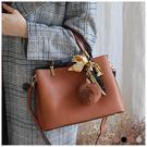 手提包-質感壓紋三層手提/斜背包(附毛球)-共3色-A03031361-天藍小舖