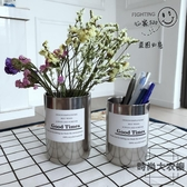 不銹鋼筆筒辦公桌面收納盒ins北歐風金屬化妝刷桶【時尚大衣櫥】