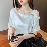 ins性感斜領露肩短袖上衣女夏裝2021新款韓版百搭寬松亮面白色t恤