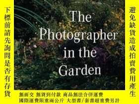二手書博民逛書店The罕見Photographer in the Garden