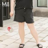 Miss38-(現貨)【A03172】大尺碼牛仔短褲 黑色毛邊 口袋裝飾 鬆緊腰 休閒寬鬆 五分寬褲- 中大尺碼