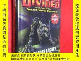 二手書博民逛書店World罕見Divided: Book Two of the