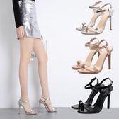 高跟涼鞋女 韓版女鞋子 夏季新款露趾鏤空性感細一字扣帶漆皮女鞋高跟鞋【多多鞋包店】ds3997