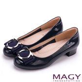 MAGY OL通勤專屬 特殊造型圓釦+織帶蝴蝶結低跟鞋-藍色