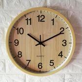 靜音石英鐘客廳掛鐘仿木紋簡約圓形臥室大氣時尚鐘錶玻璃掛墻鐘 港仔會社
