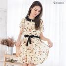 連身裙--清新插畫滿版印花前壓折雪紡綁帶娃娃領短袖洋裝(綠.黃XL-4L)-D336眼圈熊中大尺碼
