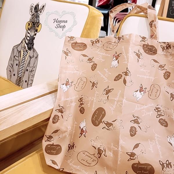 《花花創意会社》外流。滿版鬥牛犬可愛俏皮對話北歐淺咖購物手提側背包【H6750】