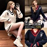 克妹Ke-Mei【ZT63213】KOREA學院風少女V領徽章撞色寬鬆毛衣洋裝