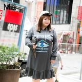 Miss38-(現貨)【A07047】大尺碼休閒洋裝 抽繩連帽深灰 長袖字母印花T恤 中長版 連身裙-中大尺碼女裝