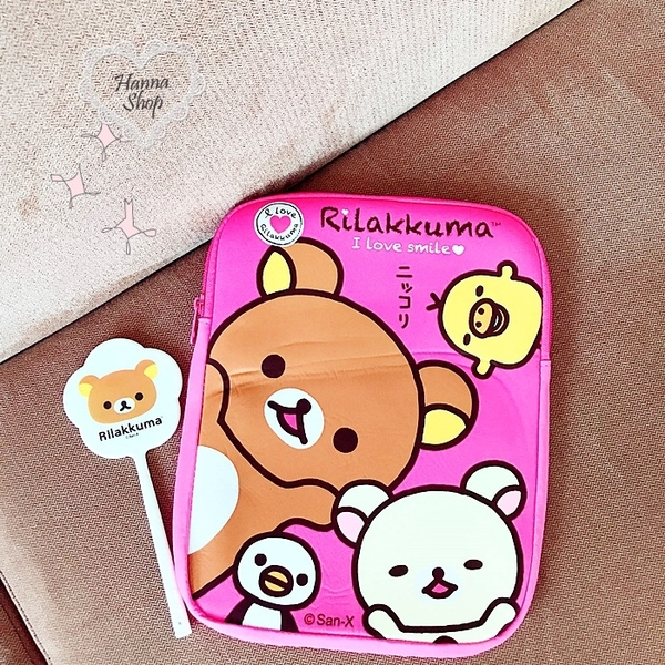 《花花創意会社》外流。拉拉熊I LOVE BEAR防撞收納手拿包。二色【H6582】
