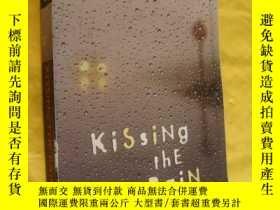 二手書博民逛書店Kissing罕見the RainY146810 Kevin B