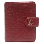 CHANEL 香奈兒 紅色山茶花壓紋羊皮釦式二折短夾 Camellia French Wallet【BRAND OFF】