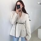 西裝外套 韓國chic法式優雅翻領單排扣設計修身收腰長袖西裝短外套配腰帶女-Ballet朵朵