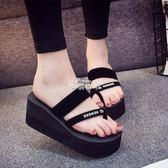 新款人字拖女夏外穿時尚防滑坡跟涼拖厚底沙灘鞋夾腳外出拖鞋 俏腳丫